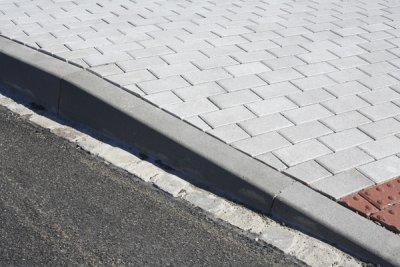 Betonový silniční obrubník Best MONO přechodový levý v.25/15 cm přírodní
