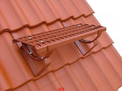 Držák stoupací plošiny univerzální pro pálené a betonové krytiny cihlově červený